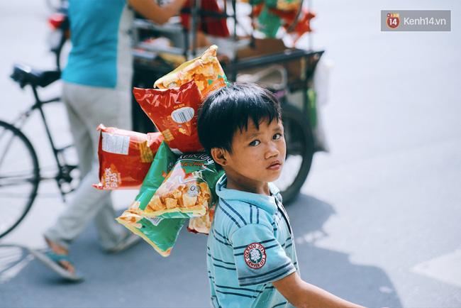 3 đứa trẻ trên chiếc xe hàng rong cùng mẹ mưu sinh khắp đường phố Sài Gòn - Ảnh 3.