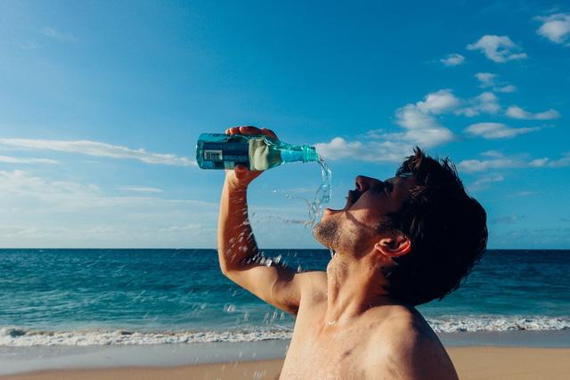 Uống quá nhiều nước so với nhu cầu có thể gây hại, thậm chí dẫn đến tử vong - Ảnh 3.