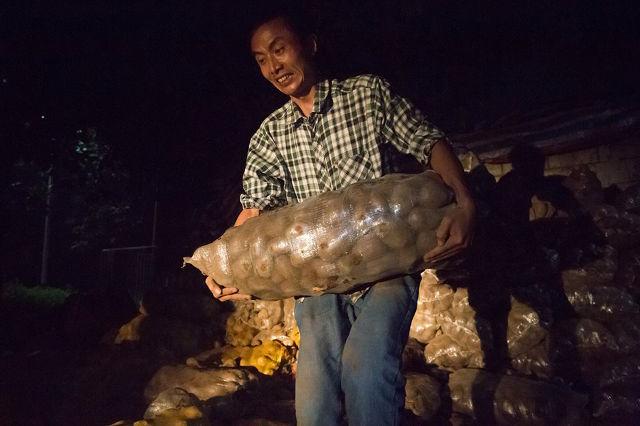 Lão nông khốn khổ với 32 tấn khoai tây bị trả lại vậy nhưng chỉ trong 1 đêm điều kỳ diệu đã xảy ra - Ảnh 4.