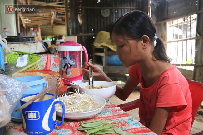 Cô gái mang khuôn mặt bà lão ở Quảng Nam: ăn gấp 10 lần người thường, uống mỗi ngày 36 lít nước - Ảnh 4.