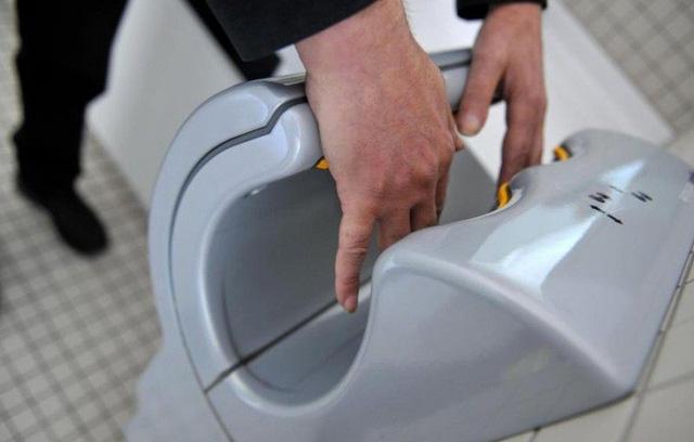 Đừng nên trải giấy vệ sinh lên bồn cầu cho sạch, bạn đang ngồi lên nhiều vi khuẩn hơn nữa đấy - Ảnh 4.