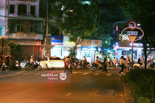 Trấn Thành lái xe chở Hari Won chạy ngược chiều, vi phạm luật an toàn giao thông - Ảnh 4.