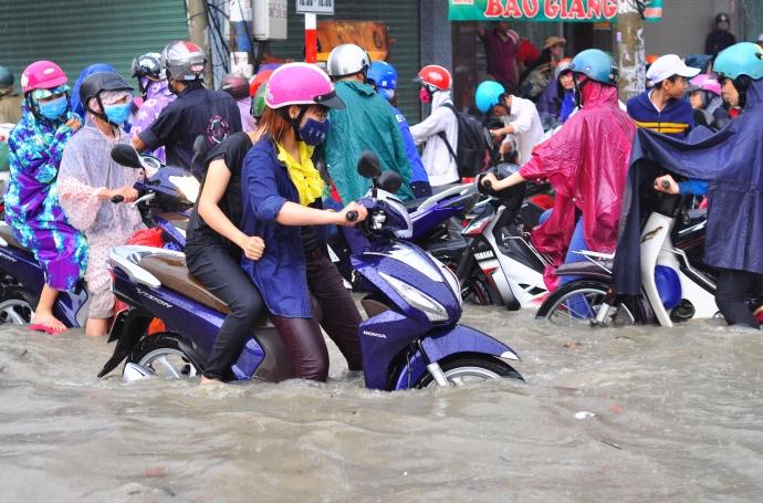 Biên Hòa trong biển nước, dân bì bõm về nhà - Ảnh 3.