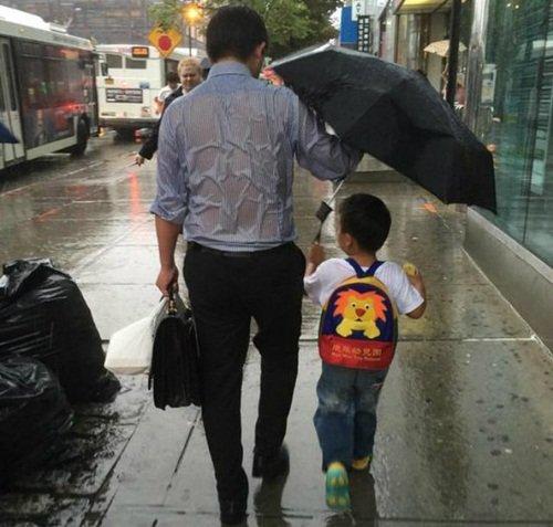 Chỉ cần tấm lưng vững chãi của cha, mưa gió đến đâu con gái nhỏ cũng thấy an toàn và ấm áp! - Ảnh 4.
