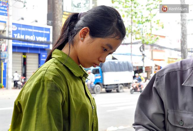 Cô gái 21 tuổi sửa xe máy ở vỉa hè Sài Gòn để phụ ba mẹ nuôi các em ăn học - Ảnh 4.