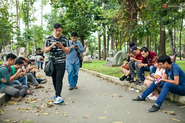 Chùm ảnh: Bạn trẻ Sài Gòn lập team, dàn trận trong công viên, ngoài phố đi bộ để săn Pokemon - Ảnh 4.