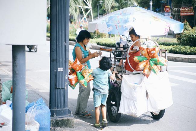 3 đứa trẻ trên chiếc xe hàng rong cùng mẹ mưu sinh khắp đường phố Sài Gòn - Ảnh 4.
