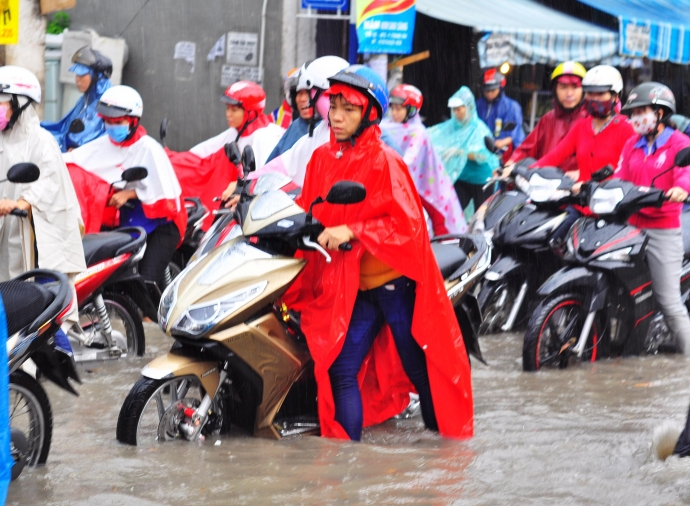 Biên Hòa trong biển nước, dân bì bõm về nhà - Ảnh 4.