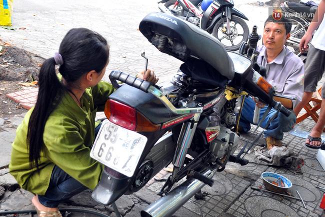 Cô gái 21 tuổi sửa xe máy ở vỉa hè Sài Gòn để phụ ba mẹ nuôi các em ăn học - Ảnh 5.