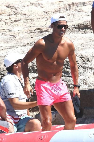 Ronaldo lại diện quần hồng, làm chị em thao thức - Ảnh 4.