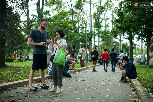 Chùm ảnh: Bạn trẻ Sài Gòn lập team, dàn trận trong công viên, ngoài phố đi bộ để săn Pokemon - Ảnh 5.