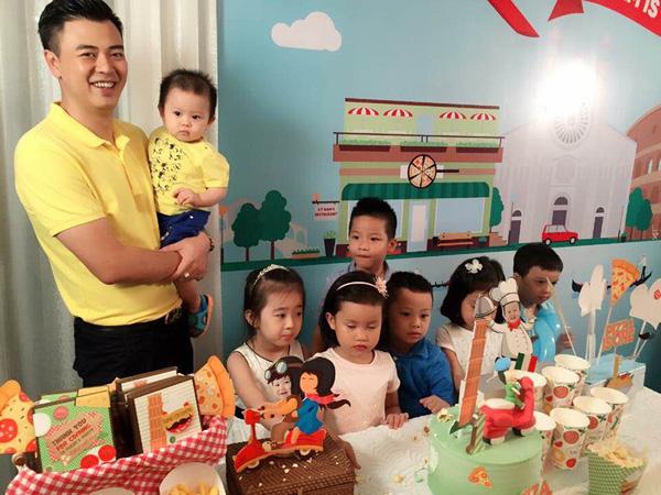 Vợ chồng MC Tuấn Tú hạnh phúc mừng sinh nhật 1 tuổi của con trai đầu lòng - Ảnh 5.
