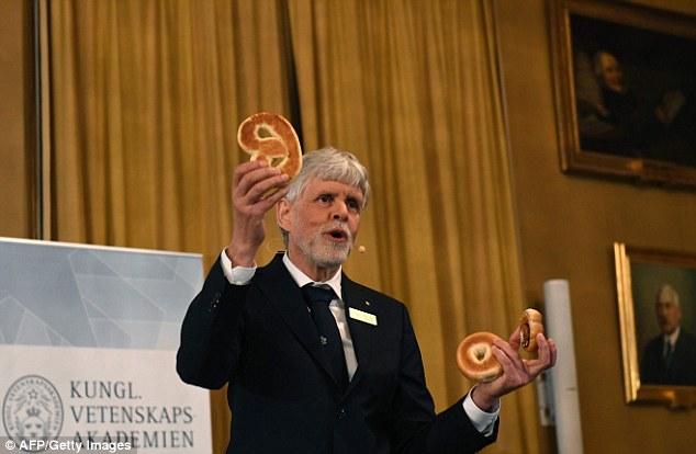 Giải Nobel Vật lý 2016 được trao cho ba nhà khoa học Anh đã mở ra những bí ẩn về vật chất lạ - Ảnh 4.