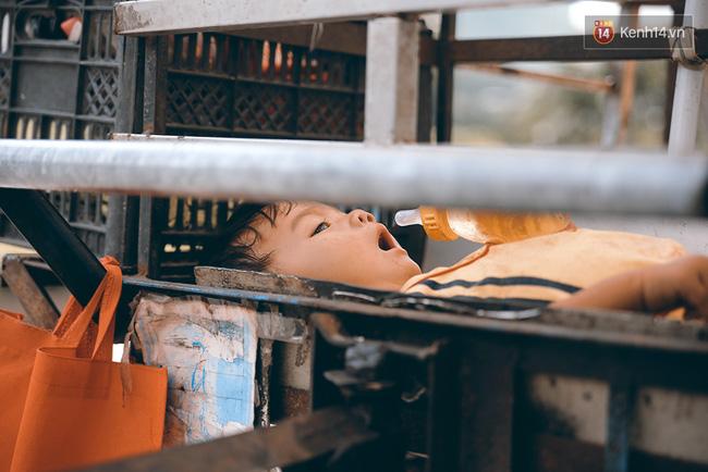 3 đứa trẻ trên chiếc xe hàng rong cùng mẹ mưu sinh khắp đường phố Sài Gòn - Ảnh 5.