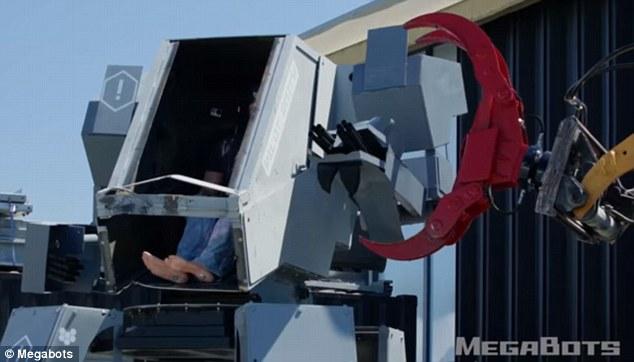 Robot Mỹ biểu trưng sức mạnh: nhấc xe ô tô lên cao rồi ném xuống đất vỡ vụn - Ảnh 6.
