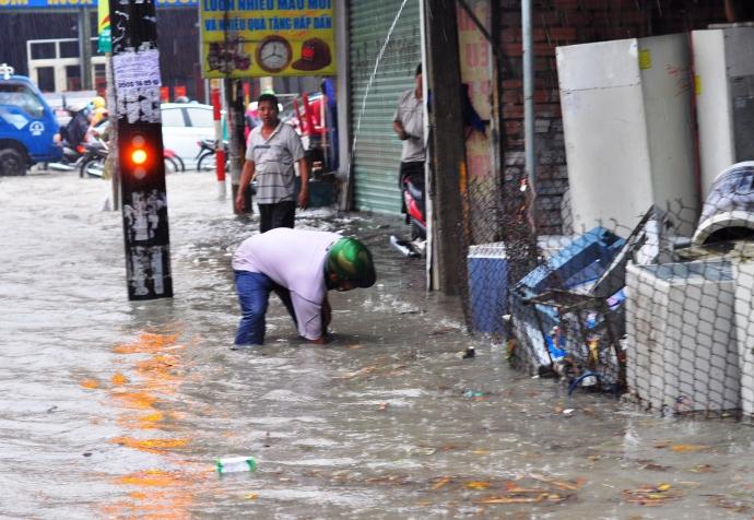 Biên Hòa trong biển nước, dân bì bõm về nhà - Ảnh 5.