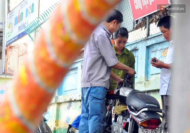Cô gái 21 tuổi sửa xe máy ở vỉa hè Sài Gòn để phụ ba mẹ nuôi các em ăn học - Ảnh 6.