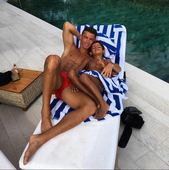 Ronaldo lại diện quần hồng, làm chị em thao thức - Ảnh 5.