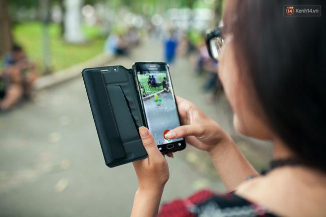Chùm ảnh: Bạn trẻ Sài Gòn lập team, dàn trận trong công viên, ngoài phố đi bộ để săn Pokemon - Ảnh 6.