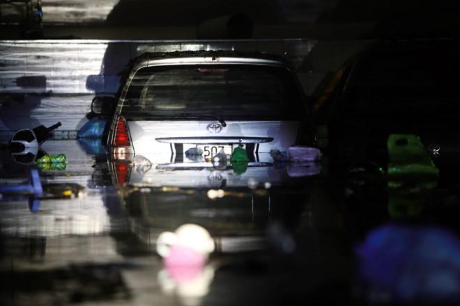 15 hình ảnh chìm trong biển nước sau mưa lớn ở TP HCM và Hà Nội - Ảnh 2.