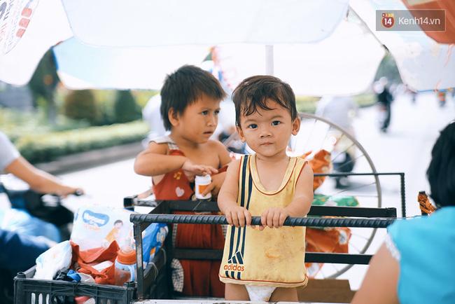 3 đứa trẻ trên chiếc xe hàng rong cùng mẹ mưu sinh khắp đường phố Sài Gòn - Ảnh 6.
