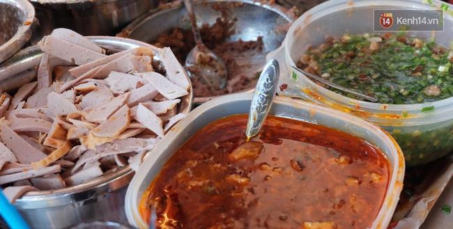 Vừa ăn vừa khóc với món xôi cay gần 50 năm luôn hút khách ở Sài Gòn - Ảnh 7.