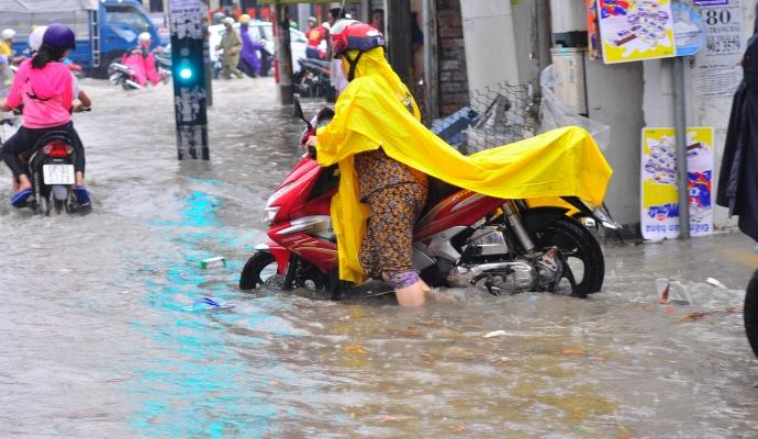 Biên Hòa trong biển nước, dân bì bõm về nhà - Ảnh 6.