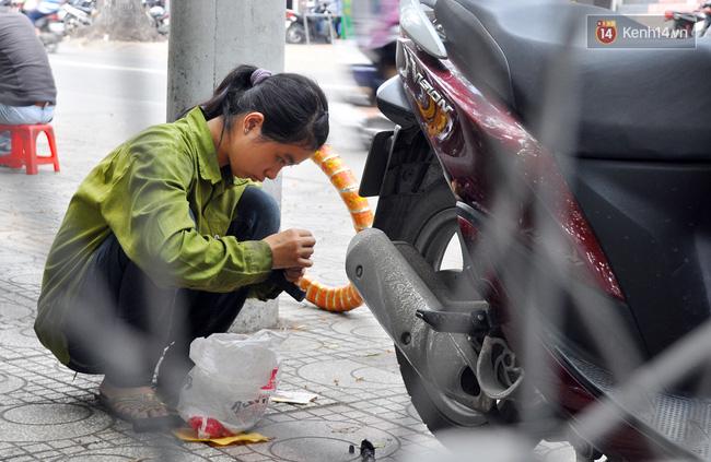 Cô gái 21 tuổi sửa xe máy ở vỉa hè Sài Gòn để phụ ba mẹ nuôi các em ăn học - Ảnh 7.
