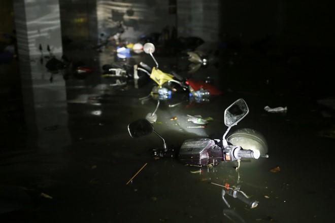 15 hình ảnh chìm trong biển nước sau mưa lớn ở TP HCM và Hà Nội - Ảnh 1.