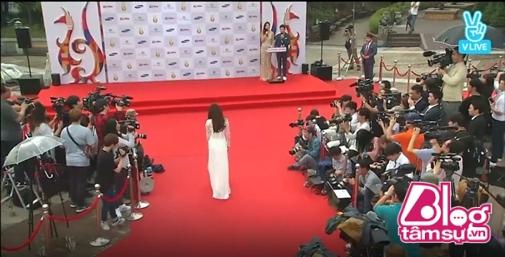 Choáng trước cách chào đón Nhã Phương và Ngọc Trinh của phóng viên Hàn Quốc - Ảnh 7.