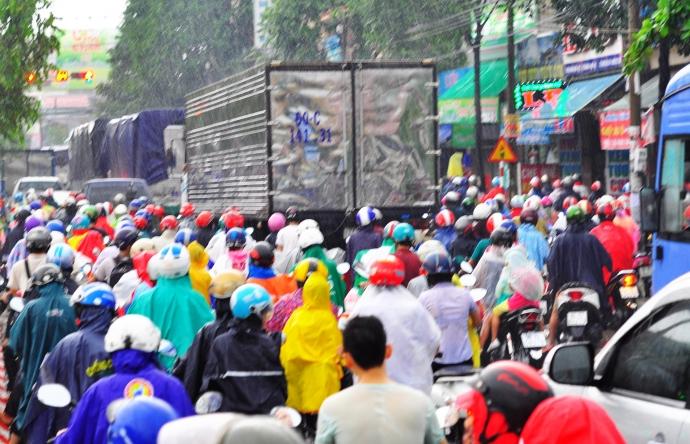 Biên Hòa trong biển nước, dân bì bõm về nhà - Ảnh 7.