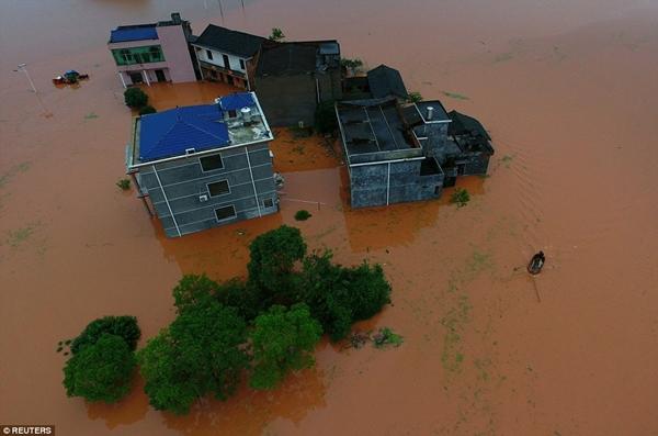 Video sốc: Ngôi nhà ba tầng bị nước lũ nuốt chửng chỉ trong tích tắc - Ảnh 9.