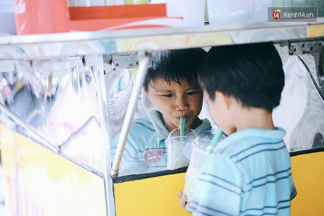 3 đứa trẻ trên chiếc xe hàng rong cùng mẹ mưu sinh khắp đường phố Sài Gòn - Ảnh 8.