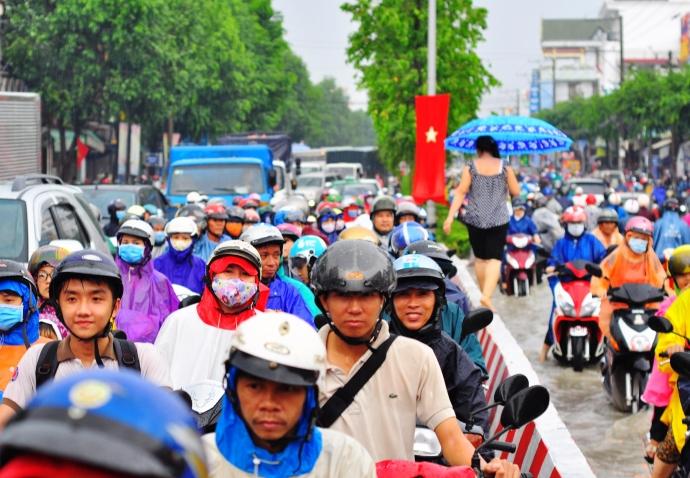 Biên Hòa trong biển nước, dân bì bõm về nhà - Ảnh 8.