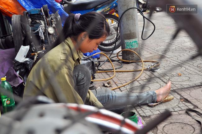 Cô gái 21 tuổi sửa xe máy ở vỉa hè Sài Gòn để phụ ba mẹ nuôi các em ăn học - Ảnh 9.