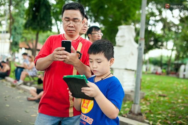 Chùm ảnh: Bạn trẻ Sài Gòn lập team, dàn trận trong công viên, ngoài phố đi bộ để săn Pokemon - Ảnh 9.