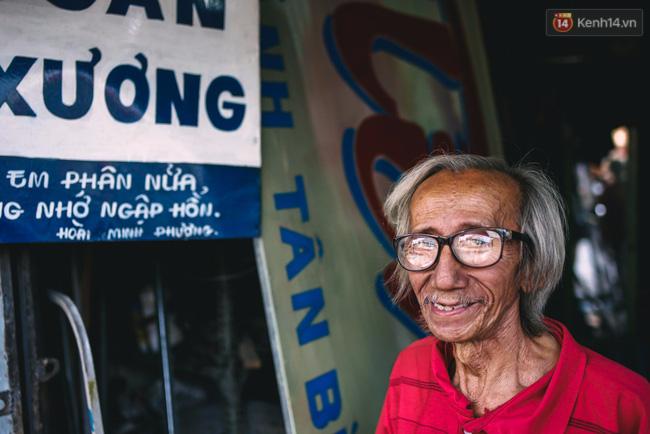 Người họa sĩ già và những tấm biển quảng cáo vẽ tay độc nhất vô nhị ở Sài Gòn - Ảnh 10.