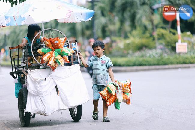 3 đứa trẻ trên chiếc xe hàng rong cùng mẹ mưu sinh khắp đường phố Sài Gòn - Ảnh 9.