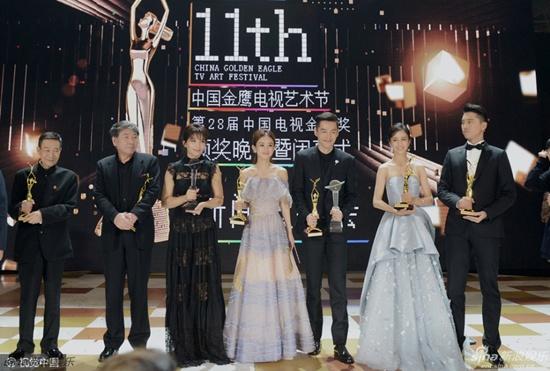 Hồ Ca và Triệu Lệ Dĩnh giành chiến thắng tại Lễ trao giải Kim Ưng 2016 - Ảnh 10.