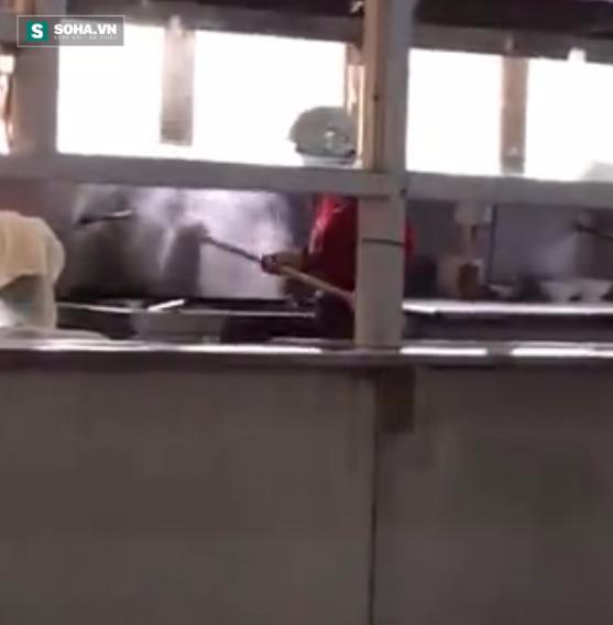 Nhân viên nhà bếp đưa cả cây lau sàn vào nồi nấu ăn để... giặt - Ảnh 2.