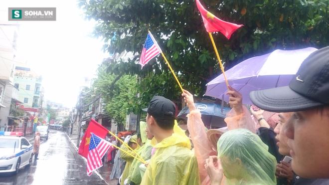 Người dân TP HCM đội mưa đứng chờ TT Obama trước chùa Ngọc Hoàng - Ảnh 4.