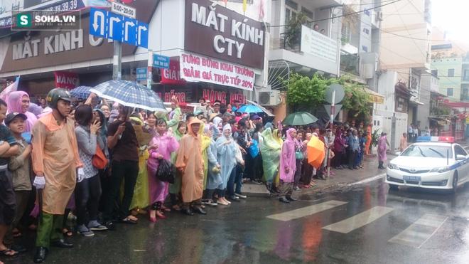 Người dân TP HCM đội mưa đứng chờ TT Obama trước chùa Ngọc Hoàng - Ảnh 5.