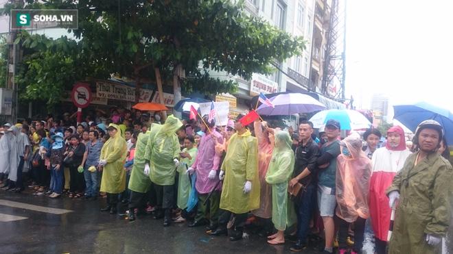 Người dân TP HCM đội mưa đứng chờ TT Obama trước chùa Ngọc Hoàng - Ảnh 6.