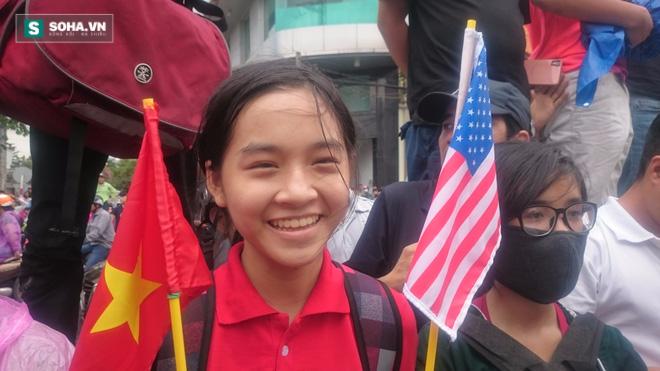 Người dân TP HCM đội mưa đứng chờ TT Obama trước chùa Ngọc Hoàng - Ảnh 7.