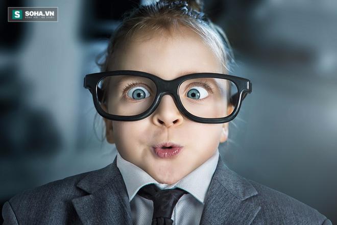 Trẻ bị cận thị, hỏng mắt vì sở thích sành điệu của cha mẹ - Ảnh 2.