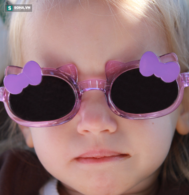 Trẻ bị cận thị, hỏng mắt vì sở thích sành điệu của cha mẹ - Ảnh 1.
