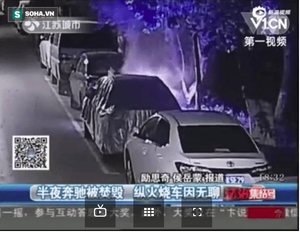 Gã trai nửa đêm mò dậy đốt xe Mercedes bên đường cho vui - Ảnh 2.