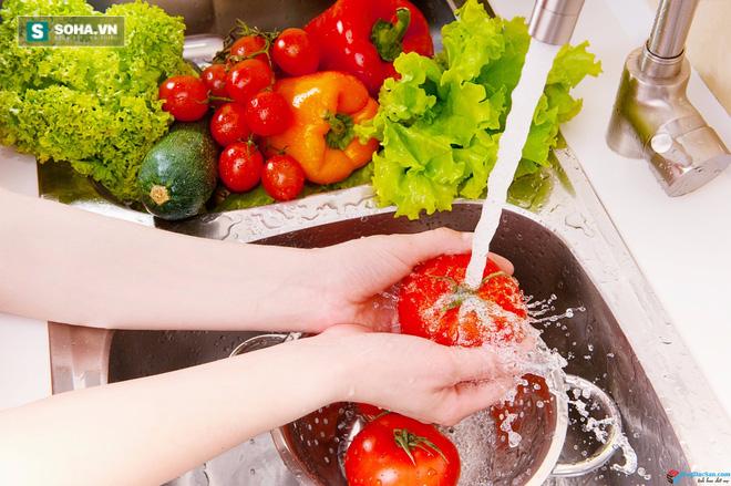 Những cách rửa rau sai lầm càng rửa càng độc - Ảnh 1.