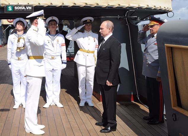 ẢNH+VIDEO: Tổng thống Putin thăm chiến hạm Rạng Đông huyền thoại - Ảnh 2.