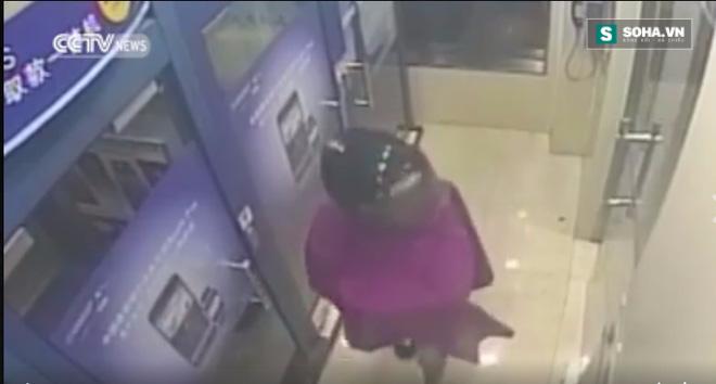 Cô gái trẻ hồn vía lên mây khi bị cướp xồ vào uy hiếp tại cây ATM - Ảnh 2.